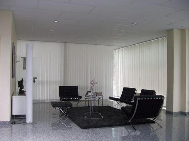 Bild 5: Moderne, helle Halle mit sehr repräsentativem Büro