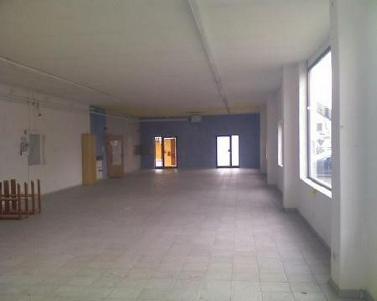 Bild 2: Großer Laden mit Halle und viel Parkplatz an der Durchgangsstrasse