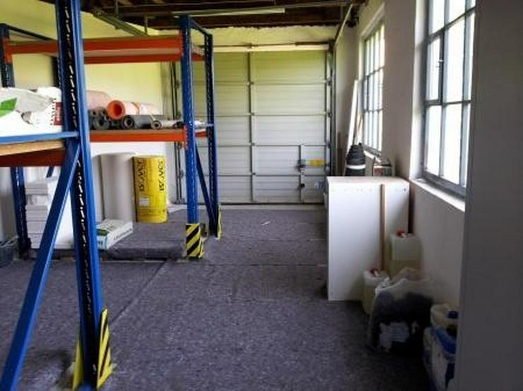 Bild 4: Saubere Halle mit gepflegtem Büro