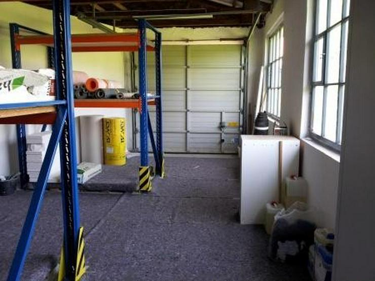 Bild 3: Saubere Halle mit gepflegtem Büro