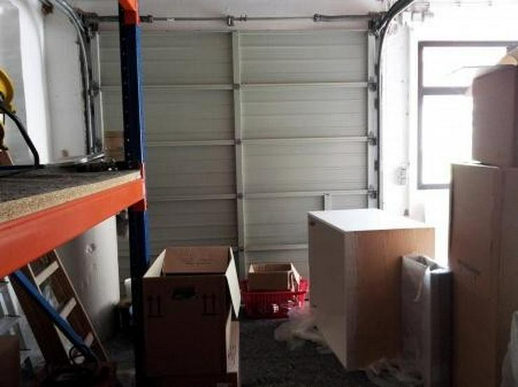Bild 2: Saubere Halle mit gepflegtem Büro