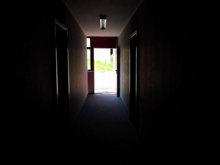Bild 5: Saubere Halle mit gepflegtem Büro