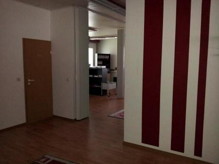 Bild 6: Saubere Halle mit gepflegtem Büro