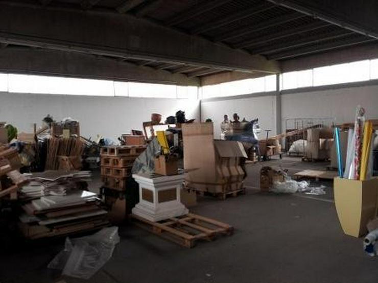 Saubere, trockene Lagerhalle im Gewerbegebiet.