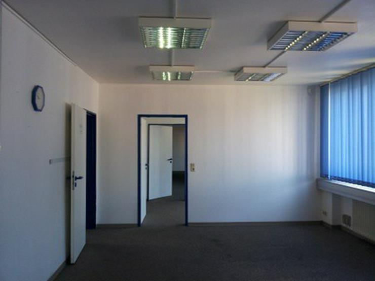 Bild 3: Hallenfläche mit Rampe und Büro