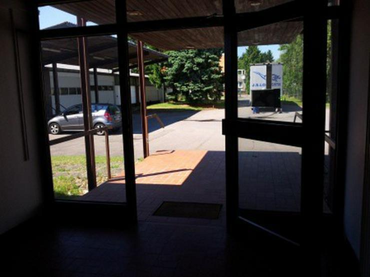 Bild 5: Hallenfläche mit Rampe und Büro