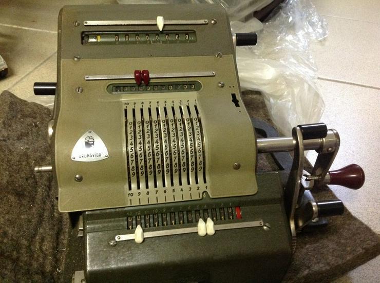 Alte Rechenmaschine und alte Schreibmaschinen