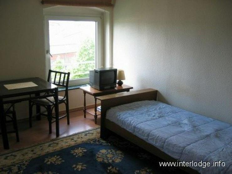 Bild 5: INTERLODGE Freundlich eingerichtetes Gästezimmer mit eigener Dusche in Düsseldorf-Oberbi...