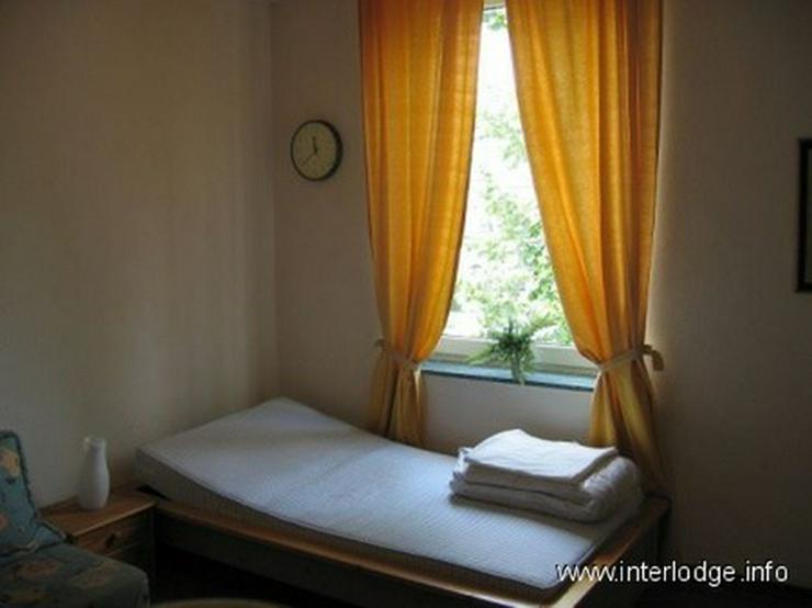 Bild 6: INTERLODGE Freundlich eingerichtetes Gästezimmer mit eigener Dusche in Düsseldorf-Oberbi...