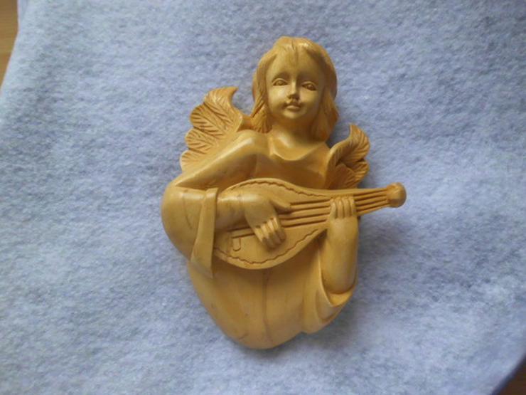 Engel aus hellem Holz