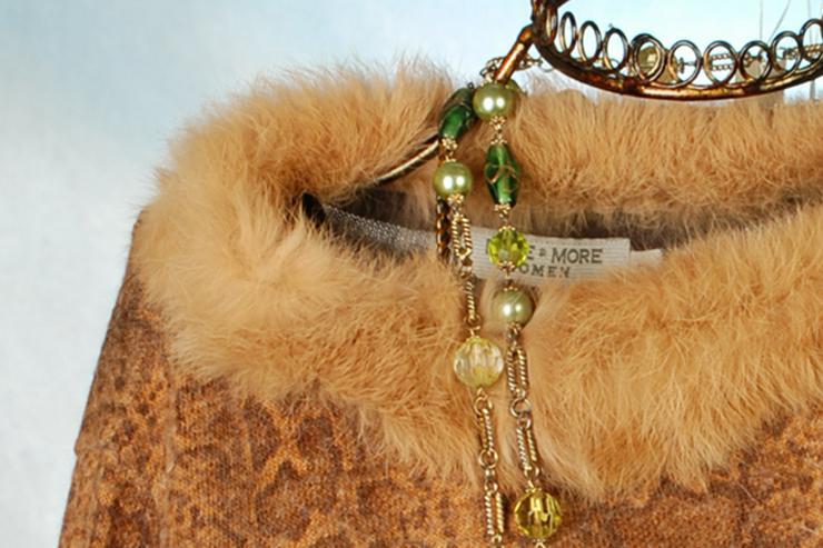 Bild 2: Pullover von MORE&MORE mit Fellbesatz