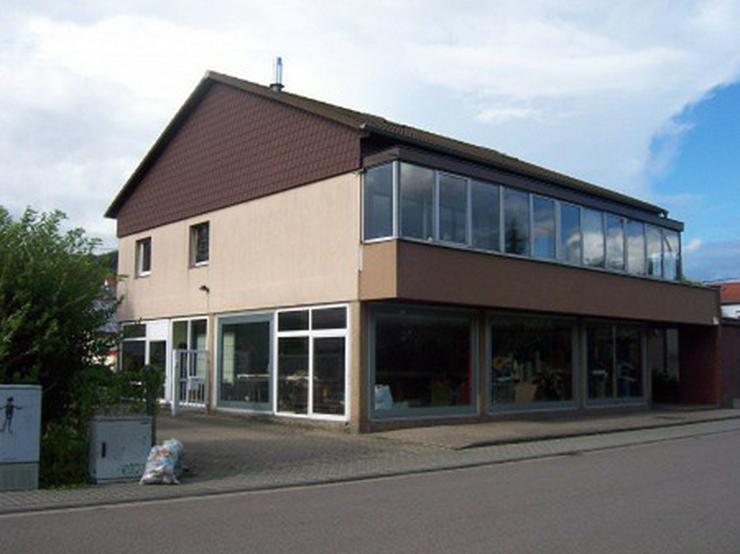 Bild 2: Praktische Halle mit angeschlossenem Verkaufsraum