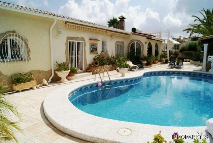 Villa mit Panoramablick bis hin zum Meer - Bild 1