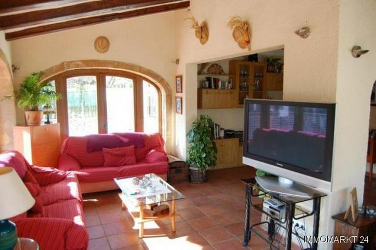 Bild 3: Villa mit Pool und Garage