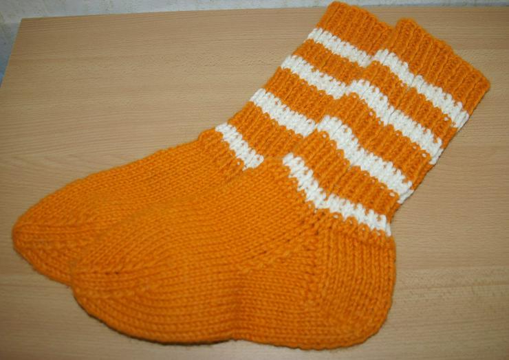 Warme orange- weiße Wollsocken