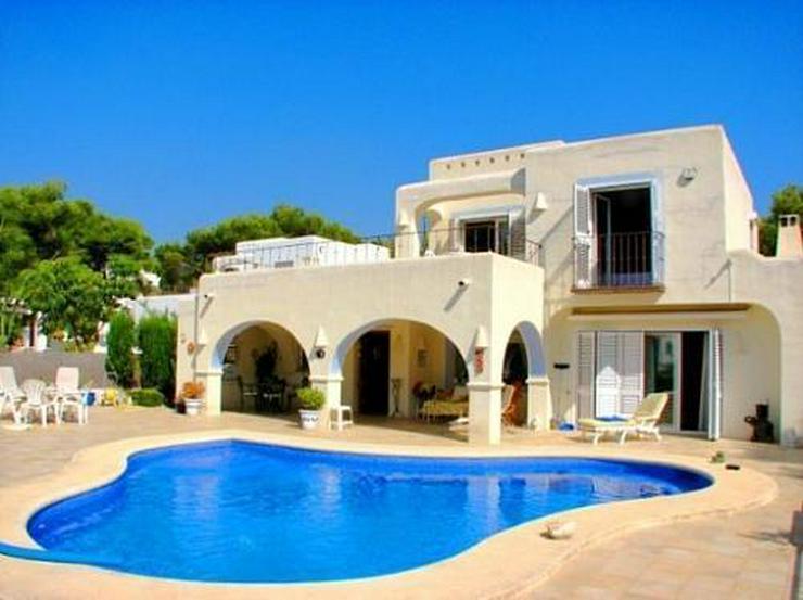 Exklusive Villa im Ibiza-Stil nahe Strand und Stadt - Auslandsimmobilien - Bild 1