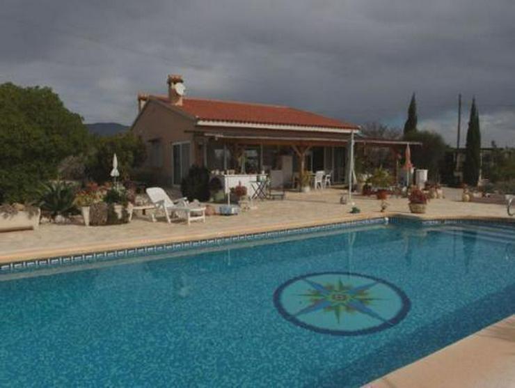 Landhaus-Villa mit Pool, Carport und schönem Ausblick