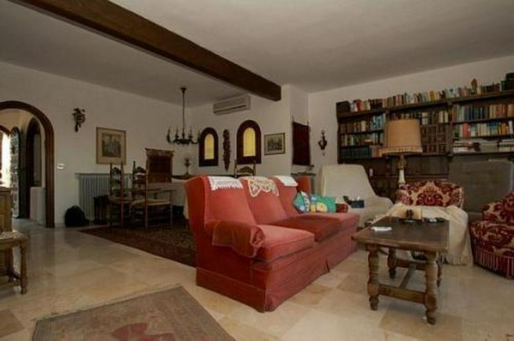 Bild 2: Große renovierungsbedürftige Villa mit Potential