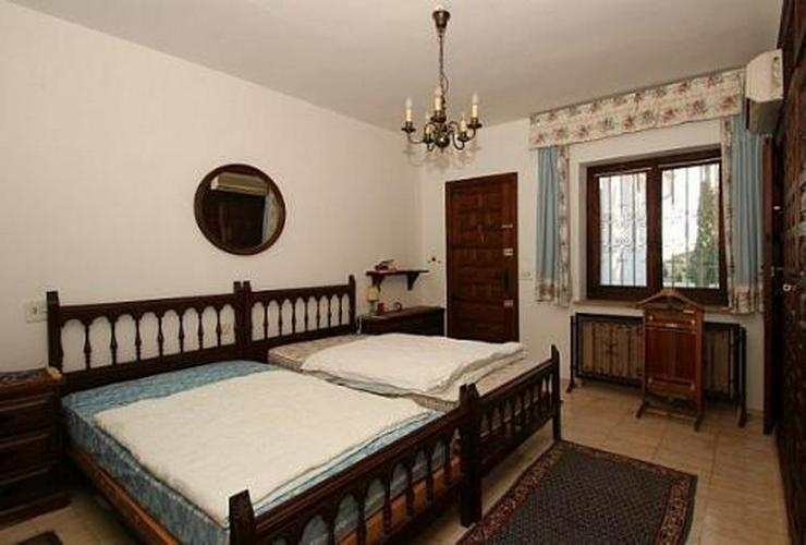 Bild 5: Große renovierungsbedürftige Villa mit Potential