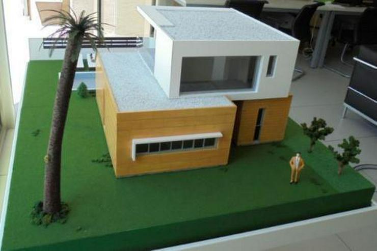 Bild 2: Moderne und großzügige Villen neben Golfanlage