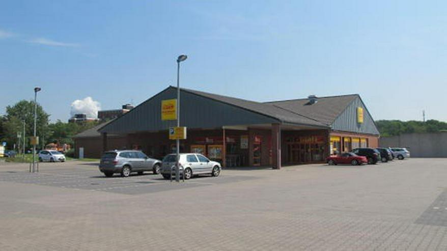 Bild 6: Helle freundliche Einzelhandelsfläche mit Parkplatzflächen