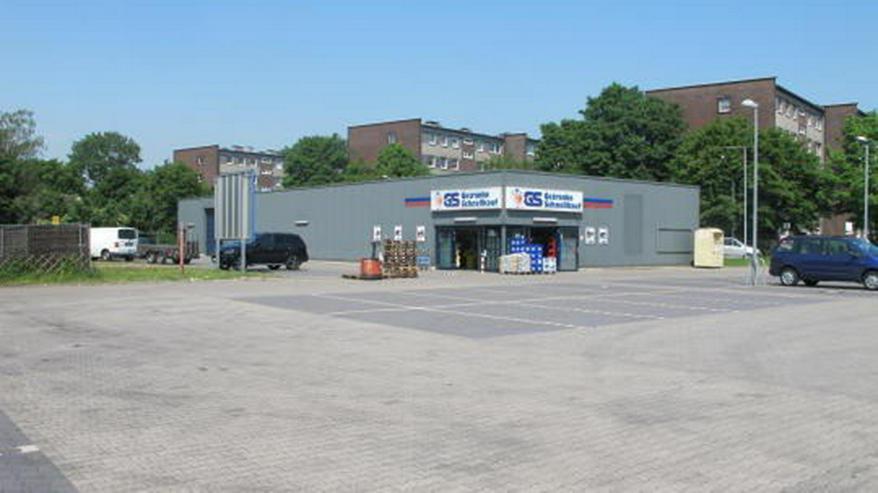 Helle freundliche Einzelhandelsfläche mit Parkplatzflächen