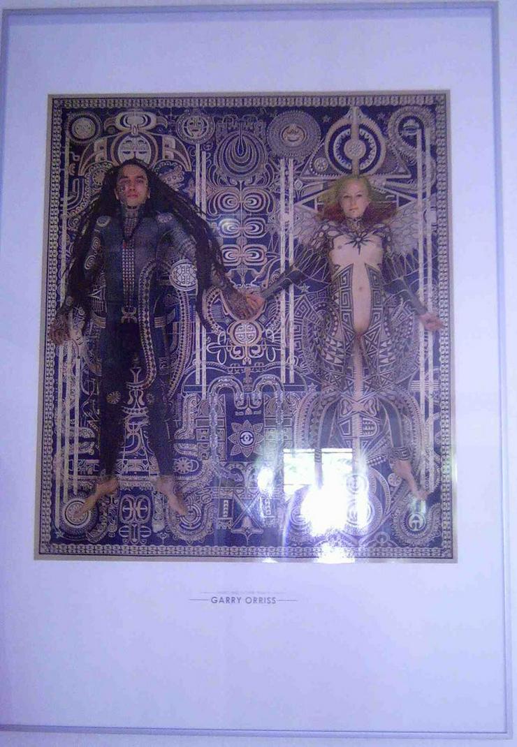 Zwei große Bilderrahmen mit Poster