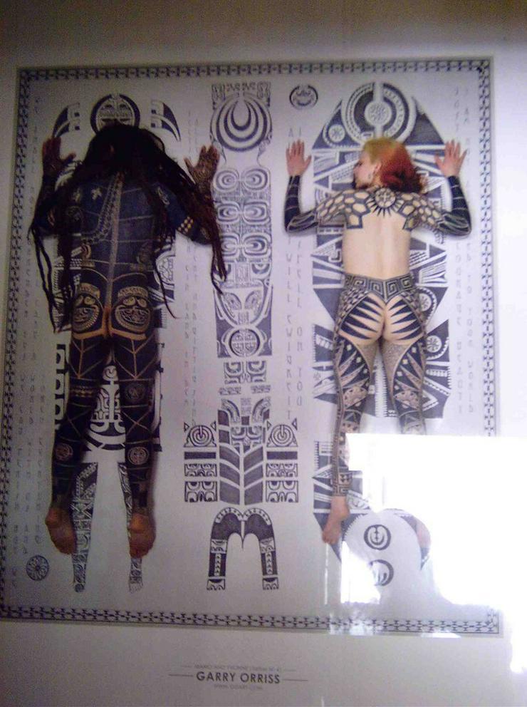 Bild 2: Zwei große Bilderrahmen mit Poster