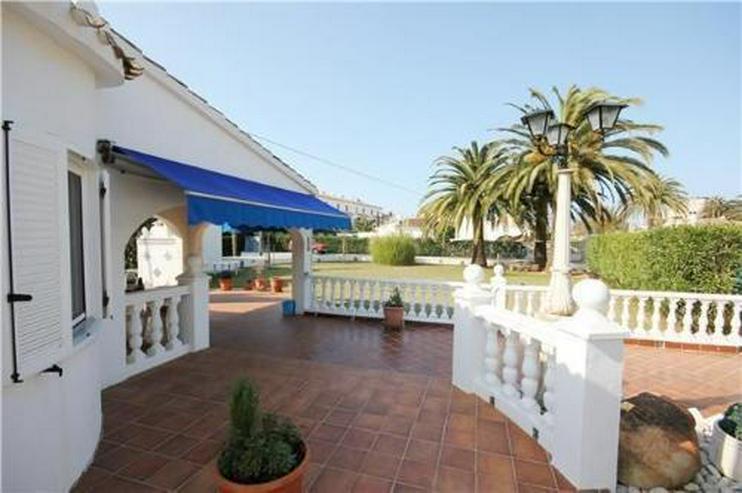 Bild 2: Großzügige Villa mit Doppelgarage und sep. Baugrundstück nur 150 Meter vom Meer