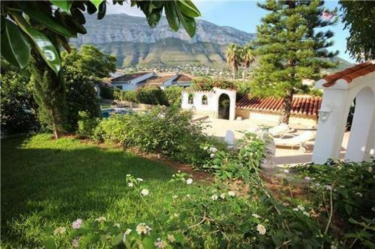 Bild 4: Stilvolle und stadtnahe Villa mit 2 Wohneinheiten, Pool und Carport