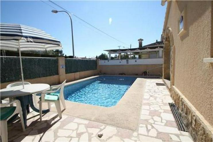 Bild 2: Geräumige Villa mit Pool in meernaher Lage