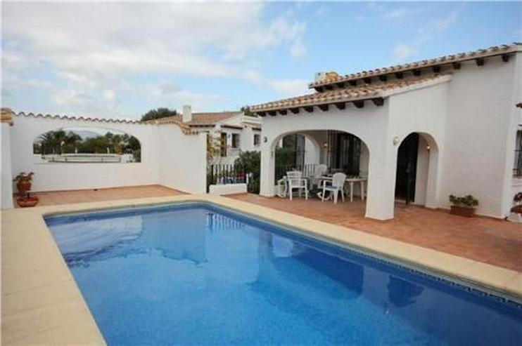 Neuwertige und sehr gepflegte Villa in ruhiger Lage mit schönem Bergblick - Bild 1