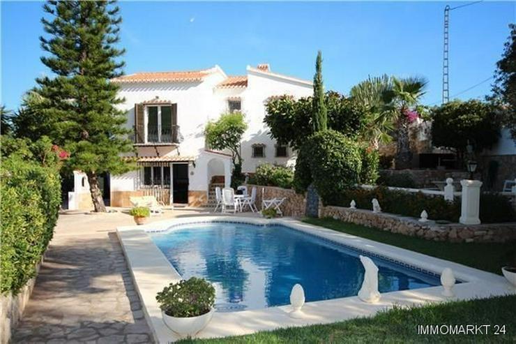 Stilvolle und stadtnahe Villa mit 2 Wohneinheiten, Pool und Carport - Bild 1