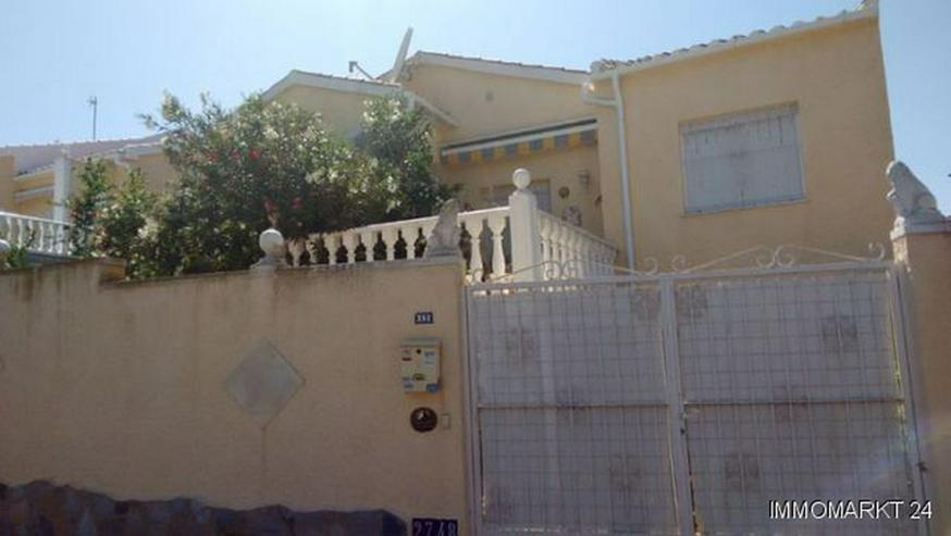 Renovierungsbedürftige Villa mit Wintergarten und Garage in San ...