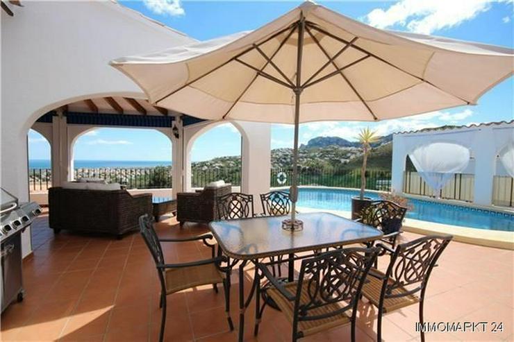 Bild 2: Neuwertige Luxusvilla mit 2 Wohneinheiten, Pool und Meerblick in ruhiger Lage am Monte Peg...