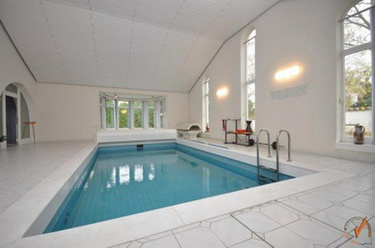 Bild 6: TOP! Das Hallenbad für den großen Auftritt: Das Wohnhaus ein attraktives Refugium mit vi...