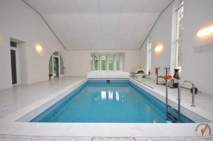 Bild 5: TOP! Das Hallenbad für den großen Auftritt: Das Wohnhaus ein attraktives Refugium mit vi...