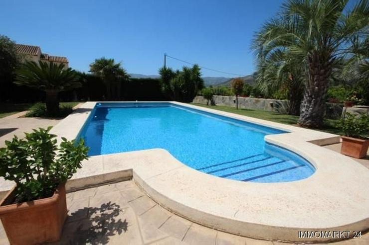 Bild 3: Neuwertiges Haus mit Pool in Ortsrandlage