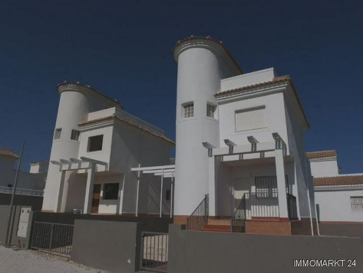 Großzügige Neubau-Villen mit Gemeinschaftspool - Bild 1