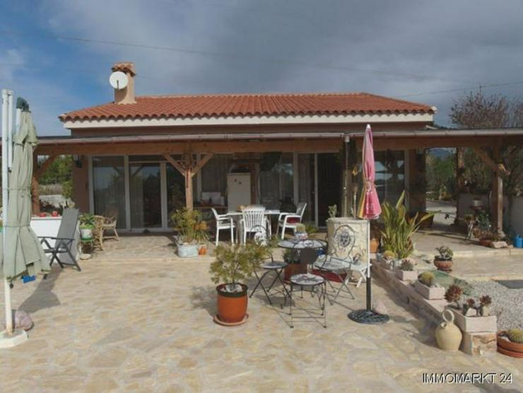 Bild 2: Landhaus-Villa mit Pool, Carport und schönem Ausblick