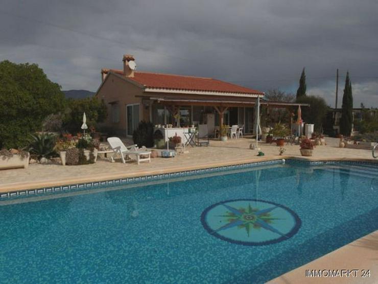 Landhaus-Villa mit Pool, Carport und schönem Ausblick - Bild 1