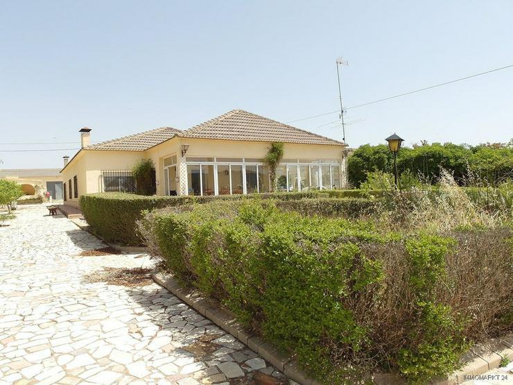 Landhaus-Villa mit Pool und wunderschönem Ausblick - Haus kaufen - Bild 1