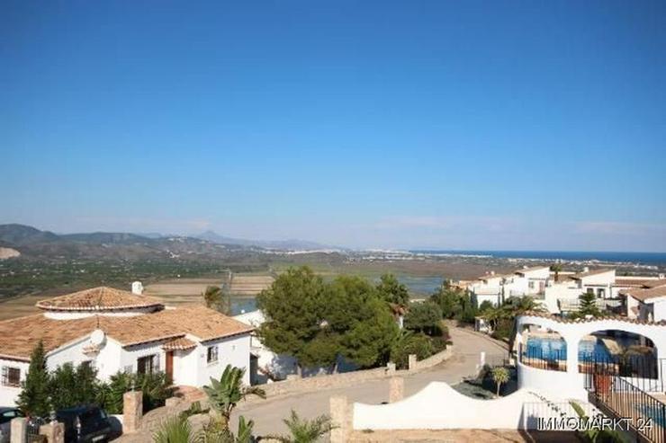 Bild 3: Anspruchsvolle Villa mit 2 Wohneinheiten und traumhaftem Blick in die Berge und auf das Me...