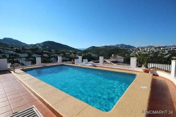 Bild 2: Anspruchsvolle Villa mit 2 Wohneinheiten und traumhaftem Blick in die Berge und auf das Me...