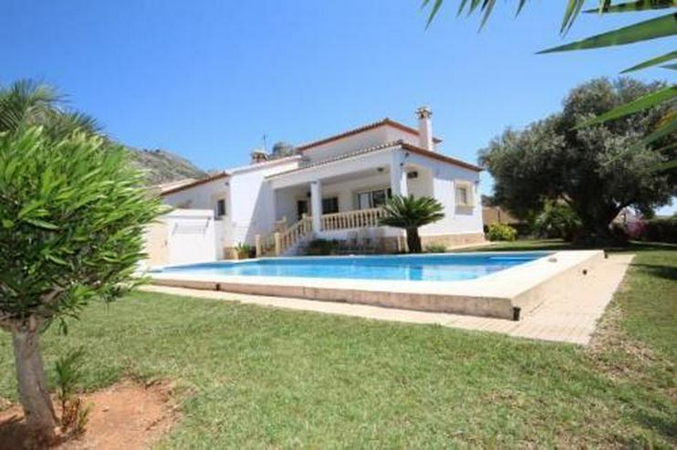 Bild 2: Neuwertiges Haus mit Pool in Ortsrandlage