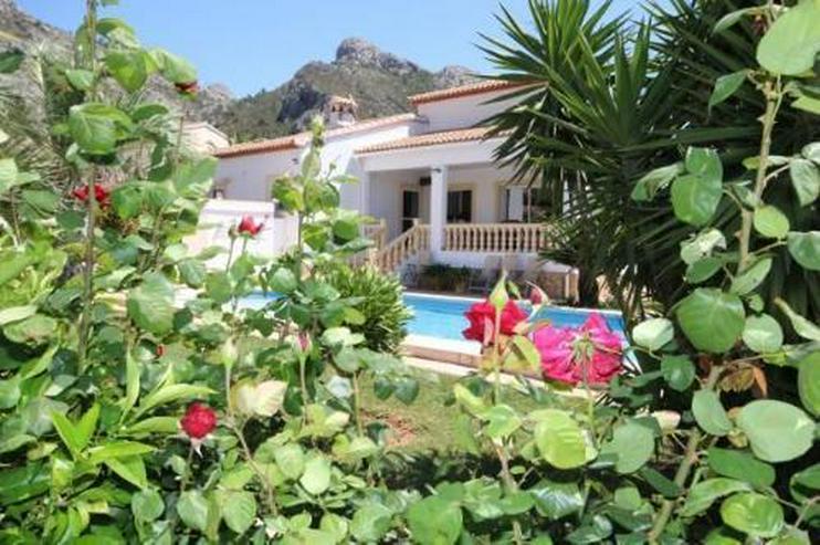 Bild 1: Neuwertiges Haus mit Pool in Ortsrandlage