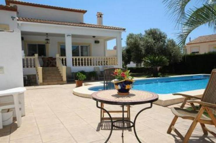 Bild 6: Neuwertiges Haus mit Pool in Ortsrandlage