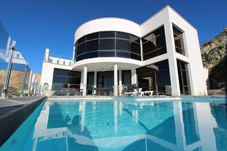 Moderne Designer-Villa mit einmaligem Küsten- und Meerblick - Bild 1