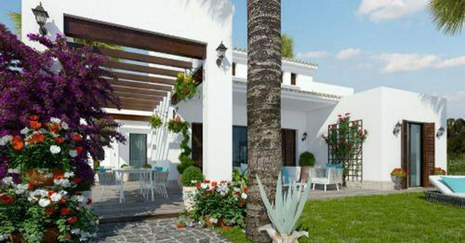 Bild 2: 4-Zimmer-Villen in traditionellem Stil mit Gemeinschaftspool in einer Golfanlage