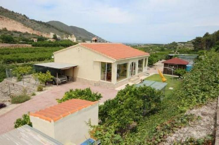 Neuwertige Landhaus-Villa mit Pool in idyllischer Alleinlage zwischen Orangenplantagen
